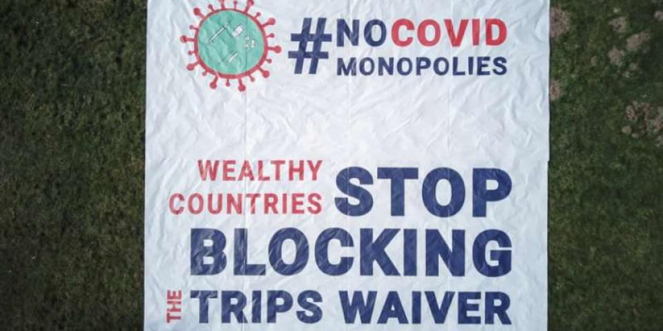 無國界醫生在日內瓦世界貿易組織(WTO)前展開的橫額,呼籲多個政府在大流行期間停止阻礙知識產權豁免議案。©Pierre-Yves Bernard/MSF
