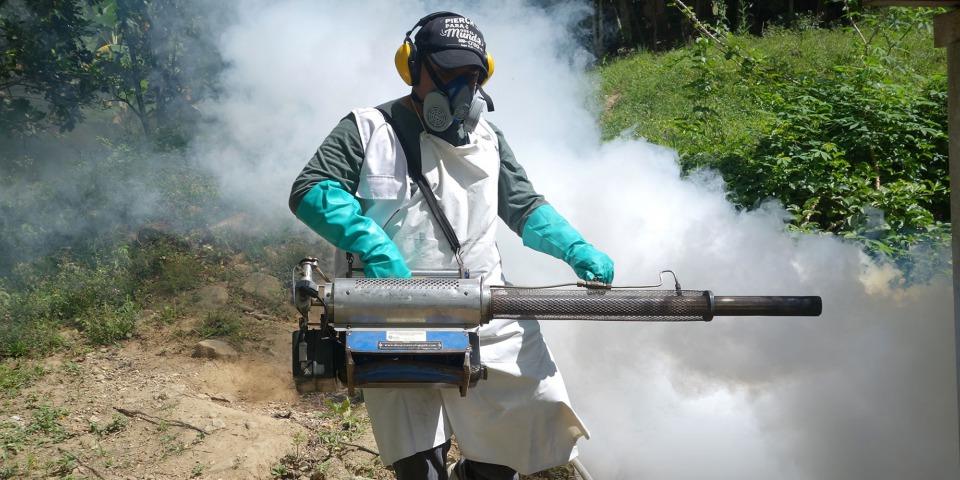 MSF團隊在喬洛馬的蘭丘(El Rancho)社區噴灑滅蚊煙霧。©Yves Magat/MSF