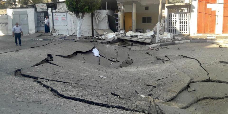 加薩市 MSF 診所外被以色列空襲破壞的區域。© MSF