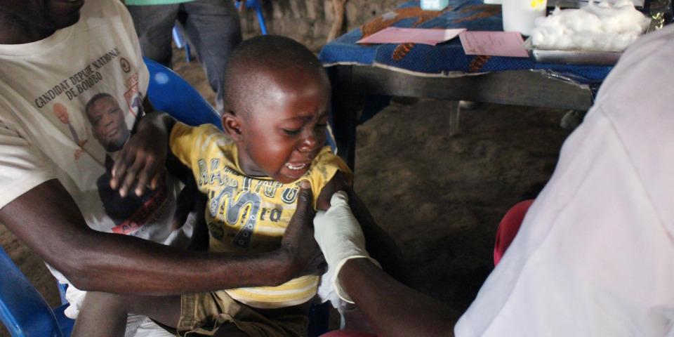 MSF 的護理師為一個五歲以下的孩子施打疫苗。©Franck Ngonga/MSF