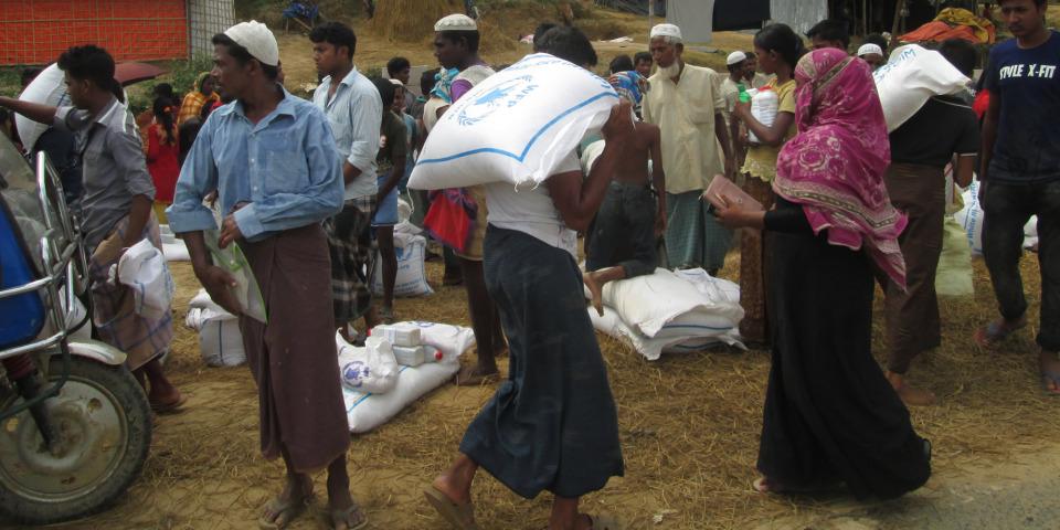 在營地的羅興亞難民正在領取白米,攝於孟加拉。©Brigitte Breuillac/MSF