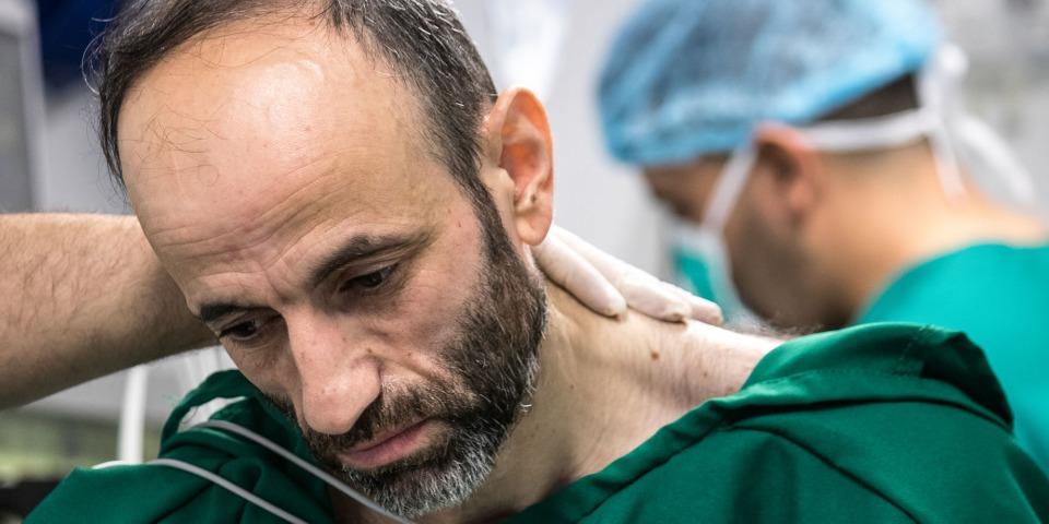 42歲的納許萬(Nashwan,姓名經過更改以保護病人隱私)正於摩蘇爾東部的一所術後護理設施中,準備接受外科手術。 ©MSF/Sacha Myers