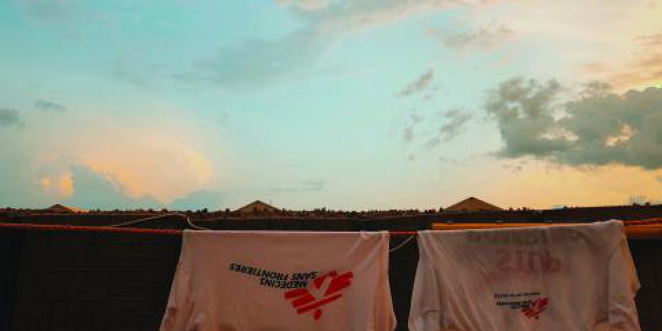在休息的日子裡,我透過做我最愛的事——看夕陽,去支持我做最不愛的事——洗衣服。© Rangi Sudrajat