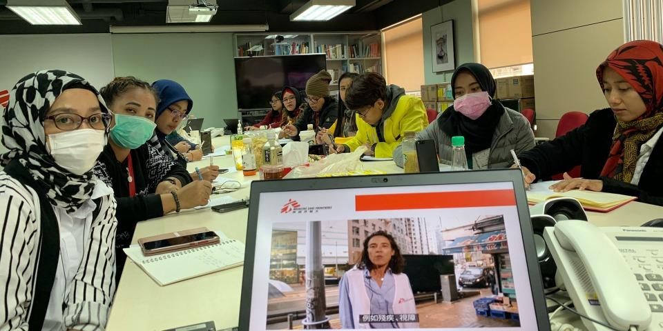 我們在香港的健康教育推廣團隊,為菲律賓和印尼籍的家事移工代表提供培訓,內容包括2019冠狀病毒病資訊、預防措施和簡單的心理急救技巧。© MSF