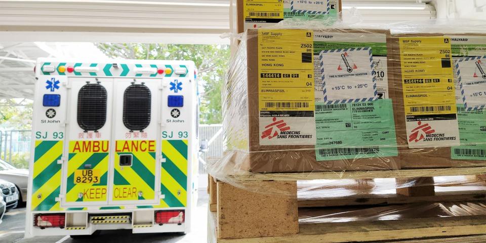 無國界醫生運送了1噸醫護人員所需的個人防護裝備到香港聖約翰救護機構。這批醫療物資包括防護衣、鞋套、面罩、護目鏡、N95和外科口罩、手套和防護袍。此外,我們也另外捐贈了11,000對手套予該機構。© MSF