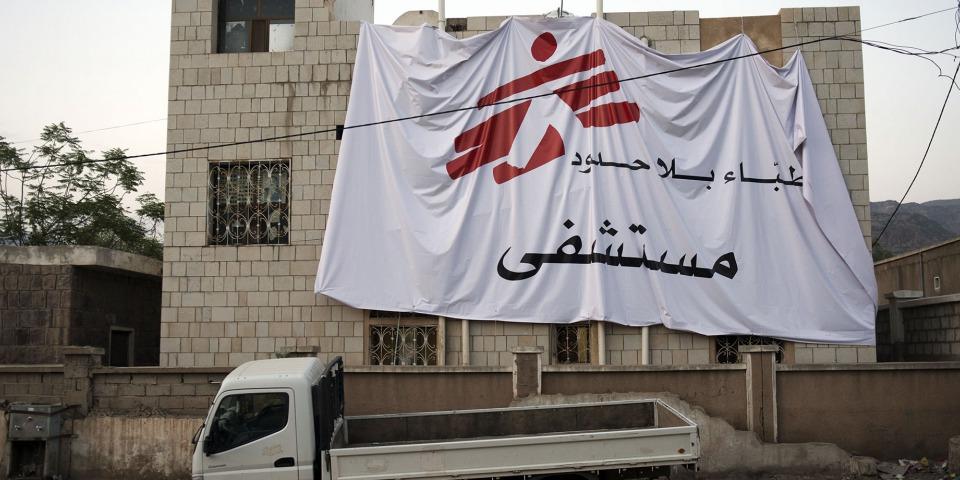 無國界醫生位於葉門達利省的醫療設施及懸掛旗幟。此照片攝於2015年。© MSF