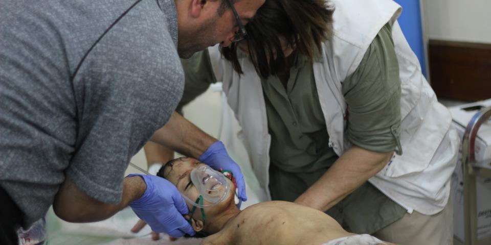 在西摩蘇爾無國界醫生的員工照顧一位從舊城前線被送過來的男孩,因爆炸造成鮮血大量從他的耳朵湧出。© Jacob Kuehn