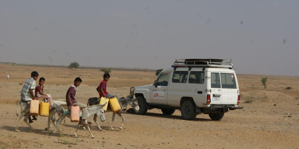 無國界醫生團隊正前往阿卜斯的流動診所,途中遇到4名騎著驢子去取水的孩子。© Gonzalo Martínez / MSF