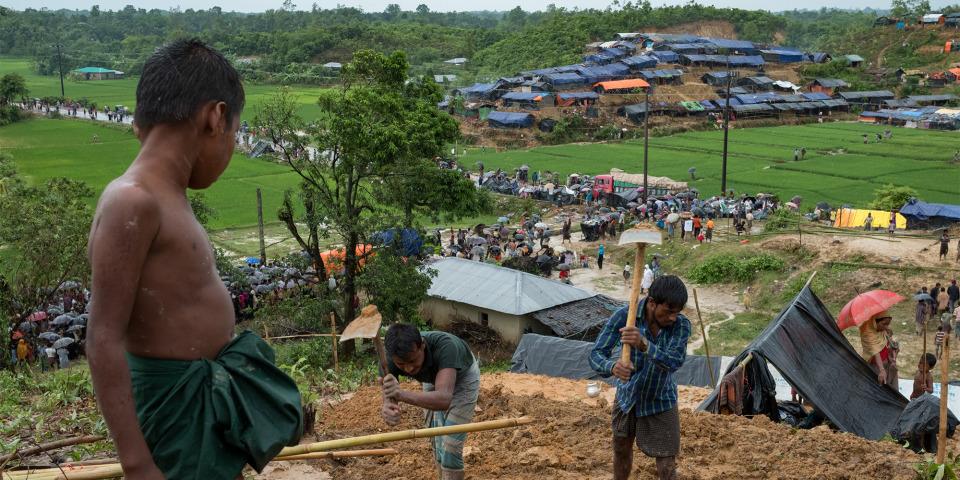 在孟加拉的難民們以塑膠布和竹枝在空地建起臨時帳篷。©Antonio Faccilongo