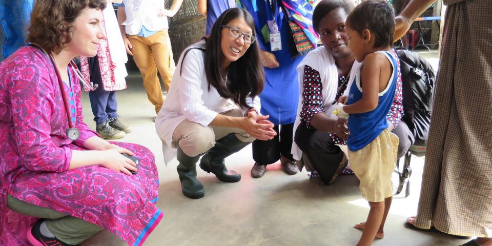 無國界醫生(國際)主席廖滿嫦醫生(左)在庫圖巴朗的無國界醫生診所,遇見一名感染破傷風的10歲女孩,她正在康復。© Amelia Freelander/MSF