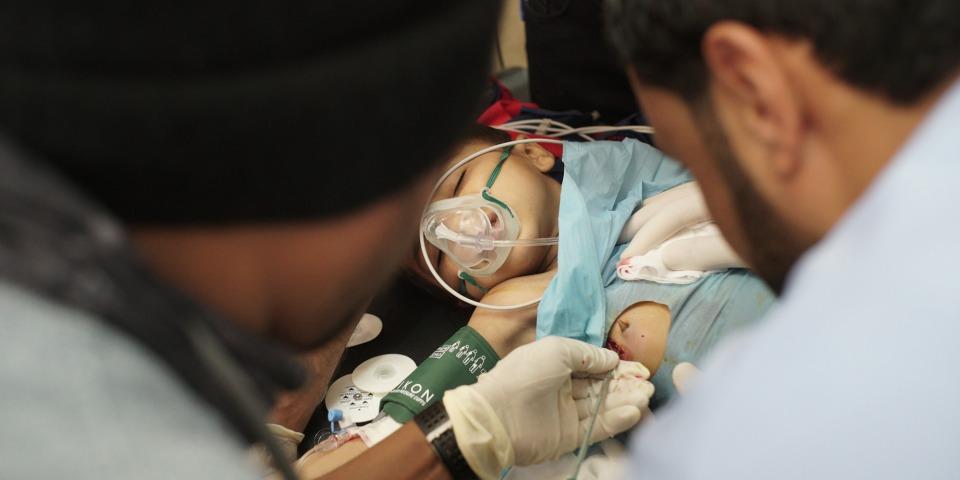 在塔勒艾卜耶德醫院,無國界醫生隊伍正在搶救一名胸口被流彈擊中的敘利亞男孩。©Eddy Van Wessel