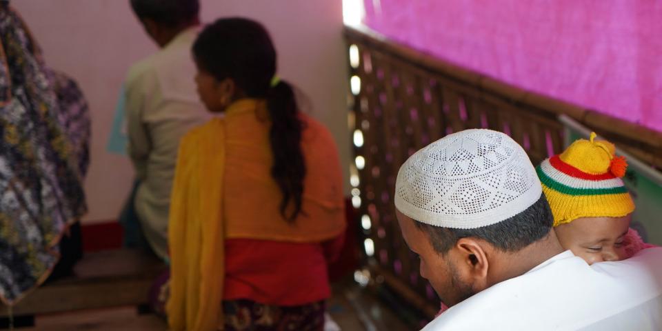 等候診療的人們。攝於無國界醫生在孟加拉庫圖巴朗難民營支援的醫療設施。©Dalila Mahdawi/MSF