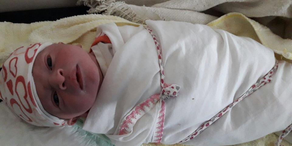 在伊拉克摩蘇爾西南部,蓋亞拉(Qayyarah)國內流離失所者營地內,一名男孩在晚上10:40左右呱呱墜地。他重3,300克,家人為他取名爾撒(Essa)。