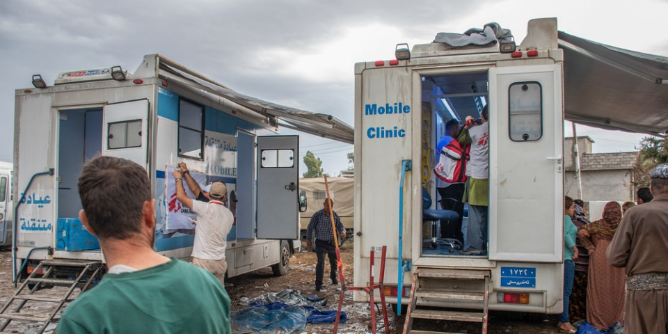 無國界醫生在伊拉克與敘利亞接壤邊境附近的村落Khaleh,設置行動診所。由敘利亞東北部的人們會先在行動診所登記,隨後再轉移至巴爾達拉什營地。© MSF/Hassan Kamal Al-Deen
