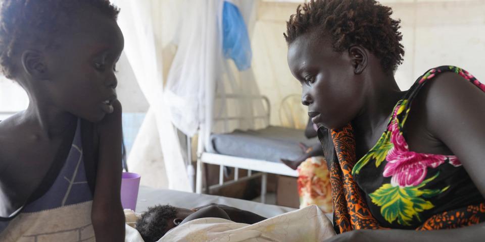 婦女洛根的兩個孩子罹患麻疹,正在皮博爾的無國界醫生診所接受治療。