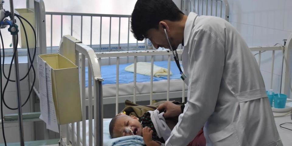 在赫拉特的住院治療餵食中心,醫生正為一個營養不良的孩子做檢查,攝於2020年12月。© Waseem Muhammadi/MSF