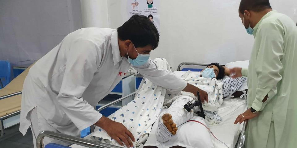 在昆都茲創傷醫院的急診室,醫護人員為一位被炸彈炸傷的骨折患者治療。©Stig Walravens/MSF