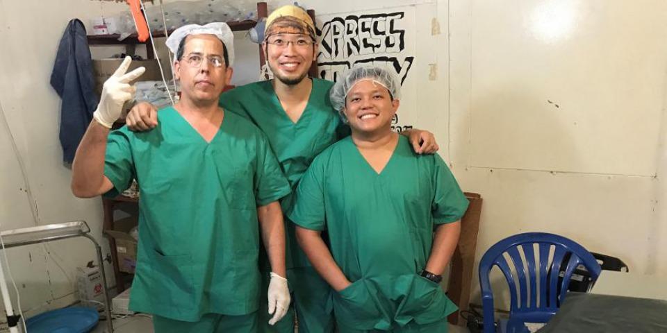 陳健華醫生與手術團隊。 © Akin Chan
