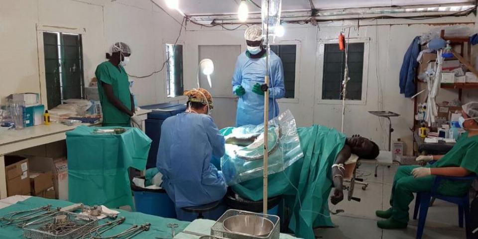 陳健華醫生在新設立的手術室為病人做手術。© Akin Chan