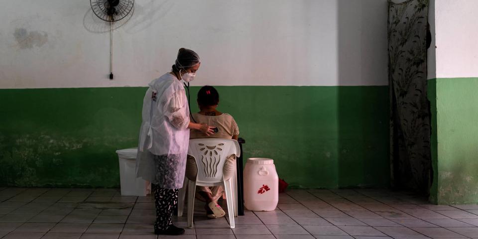 在福塔萊薩最難以得到醫療服務的社區,在行動診所中MSF醫生正在照顧患者。©Mariana Abdalla/MSF