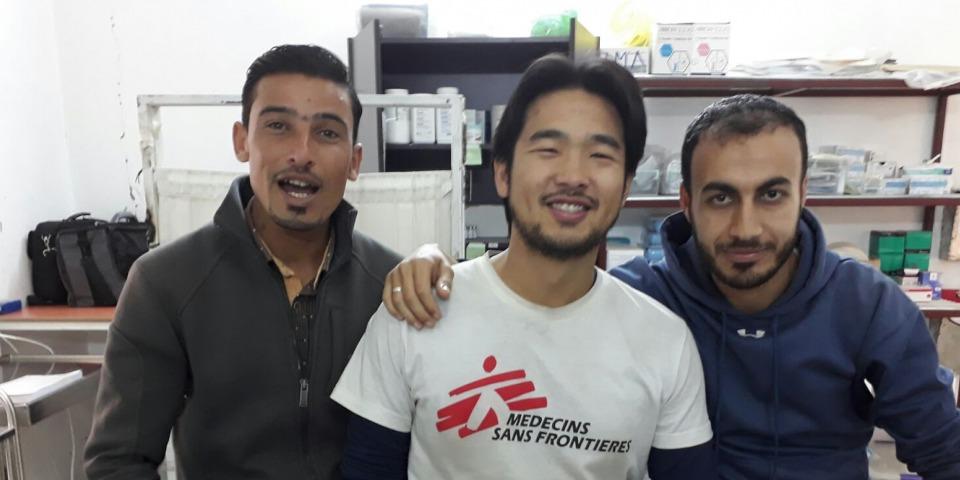 無國界醫生拉卡診所的醫療事務經理林振錫(Dr Lim Chin Siah ,圖中)和兩名敘利亞籍的同事。©Lim Chin Siah