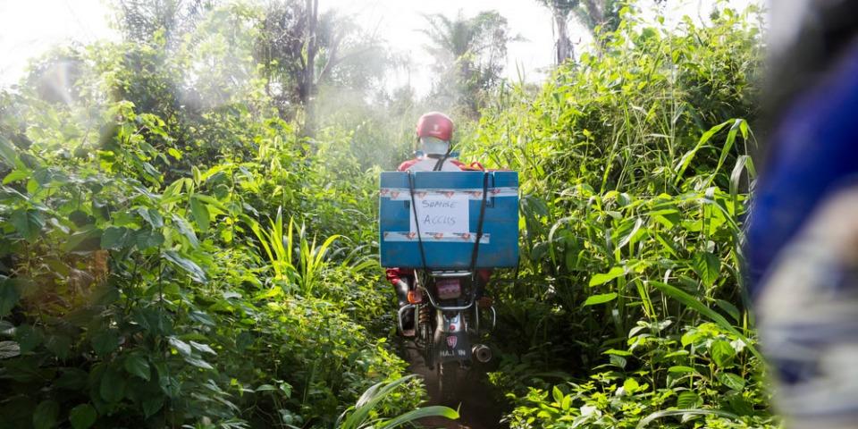 摩托車載著裝有冰袋的冷藏箱,前往疫苗接種中心,再載回融化的冰袋。這也是維持冷鏈的一部份工作。© William Daniels/(Panos Pictures) for National Geographic