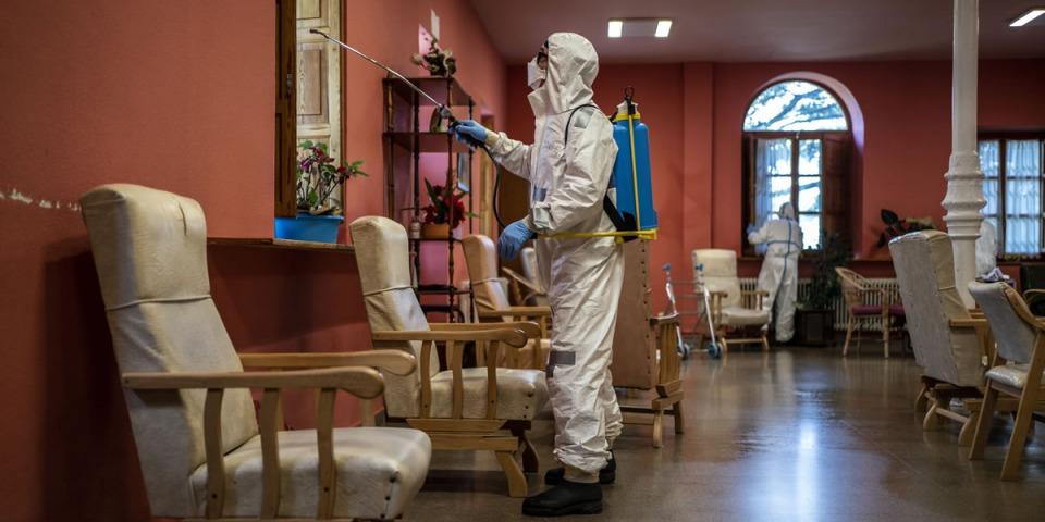 新冠肺炎疫情期間,無國界醫生在西班牙一所老人照護之家進行消毒工作。