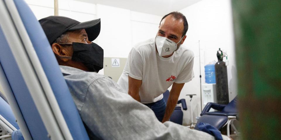 克里斯托醫生在巴西訪視新冠肺炎專案。©Diego Baravelli