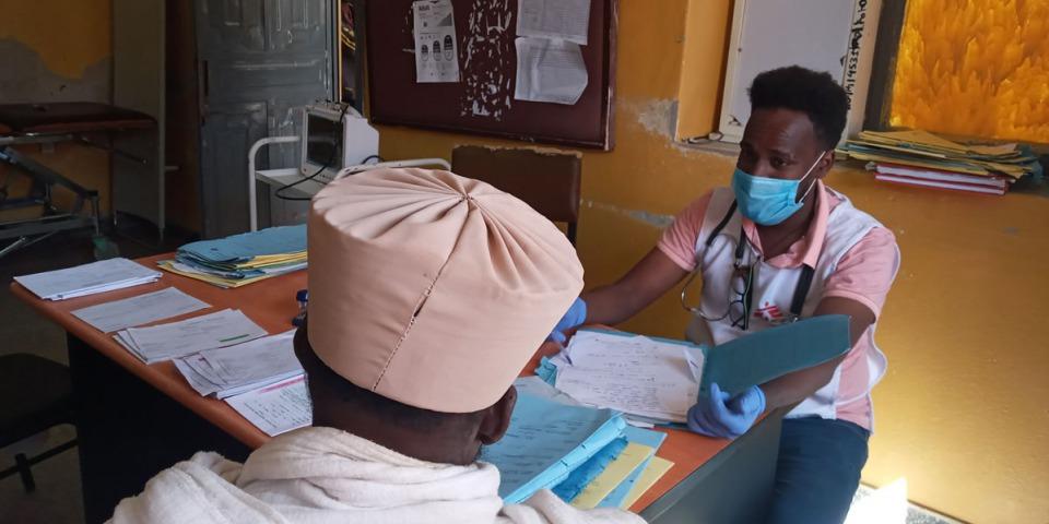 MSF 工作人員在提格雷收治一名病患。©MSF