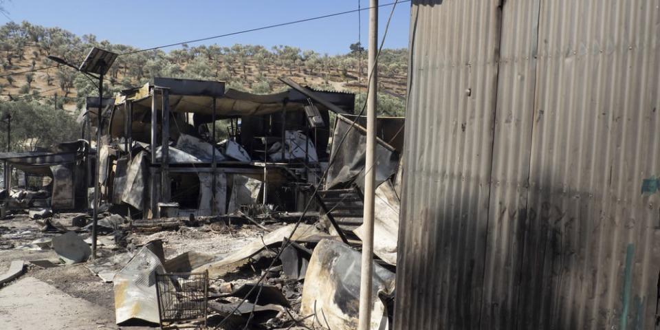 大火後的莫里亞難民營,居民被迫從營區疏散。