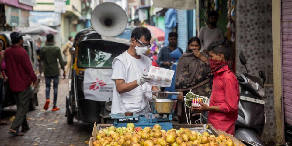 MSF的健康推廣員在街上向小販發送肥皂與口罩。攝於2020年8月。©Abhinav Chatterjee/MSF