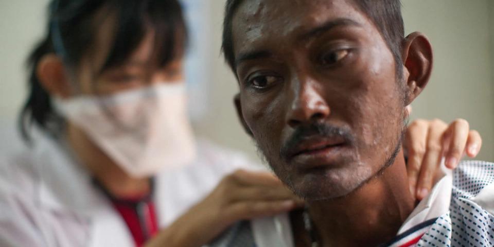 無國界醫生愛滋與結核病診所中的醫生和病人,攝於2012年。©Ron Haviv/VII Photo