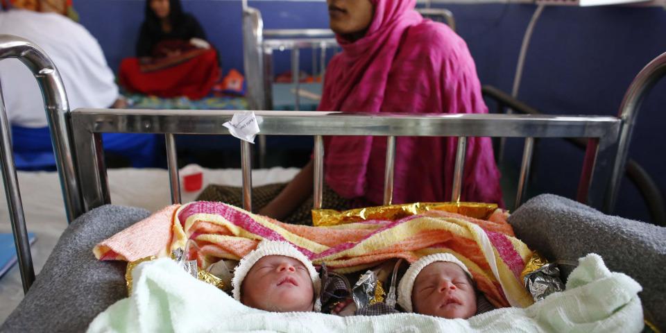 年輕的羅興亞母親,和她的早產寶寶。© Vincenzo Livieri