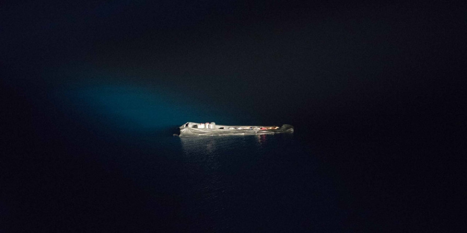 在海上找到的無人橡皮艇。2021年8月12日。©Vincent Haiges