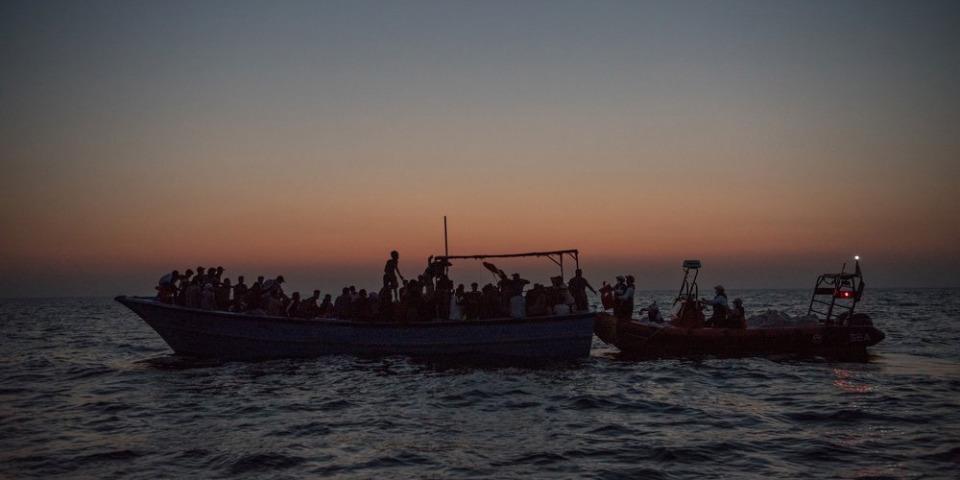 Geo Barents 的夜間搜救行動,從擁擠的木船上救下 188人,2021年8月15日。©Vincent Haiges