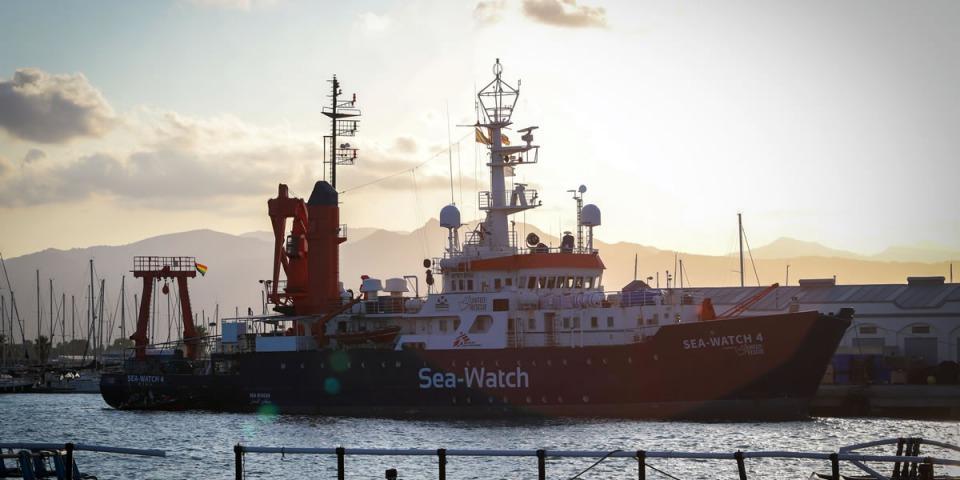 海洋觀察四號在西班牙的港口,準備出發前往第一次地中海救援任務。