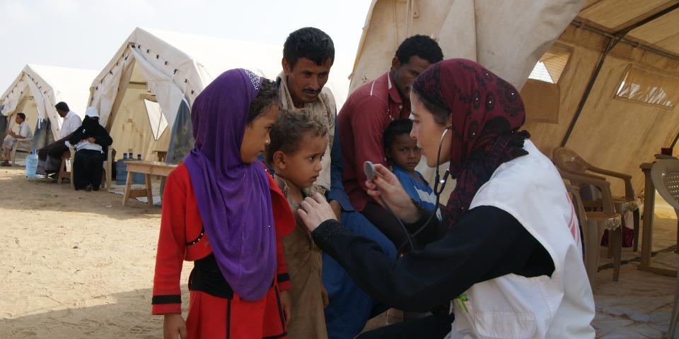 負責外展醫療照護的西班牙護士瑪利亞正為兒童看診。© Gonzalo Martínez / MSF