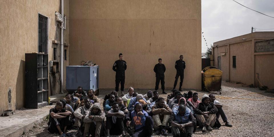 人們被拘留在利比亞的黎波里市郊一所拘留中心。被拘留人士在利比亞的拘留中心內待上數天至數個月,不知道自己何時會獲釋。 © Guillaume Binet/Myop