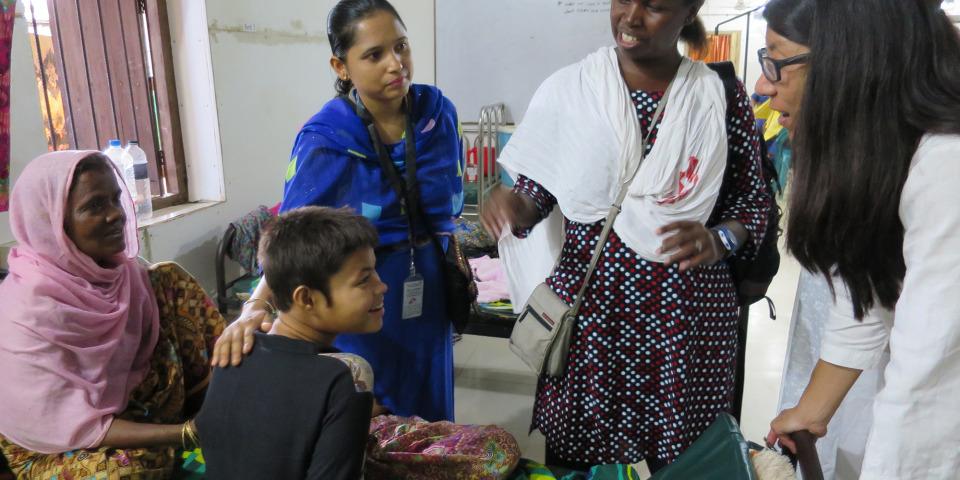 無國界醫生(國際)主席廖滿嫦醫生(右一)到訪組織於孟加拉科克斯巴扎爾庫圖巴朗營地的診所。© Amelia Freelander/MSF