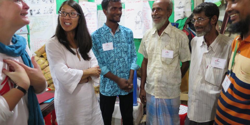 無國界醫生(國際)主席廖滿嫦醫生(左二)與近日因衝突從緬甸逃至孟加拉科克斯巴扎爾的前無國界醫生員工見面。© Amelia Freelander/MSF