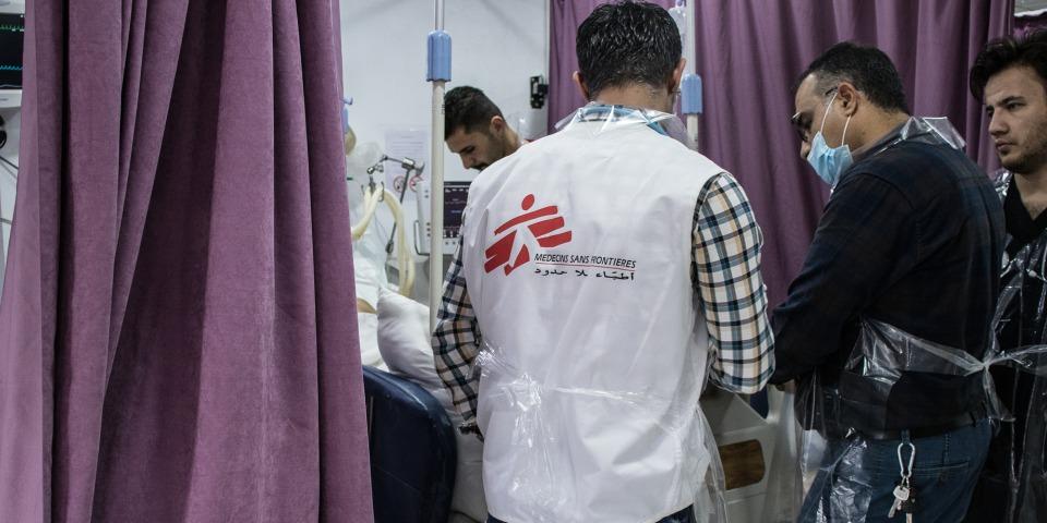 無國界醫生救援人員在蘇萊曼尼亞的急診醫院治療病人。©MSF/Sacha Myers