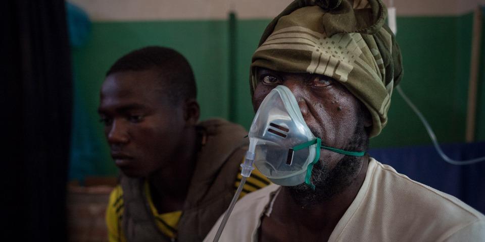 52歲的科羅馬吉在帕瓦醫院接受治療。他在前往堵塞太太的房子以防被破壞時,遭武裝分子用刀砍傷及刺傷。©Alexis Huguet