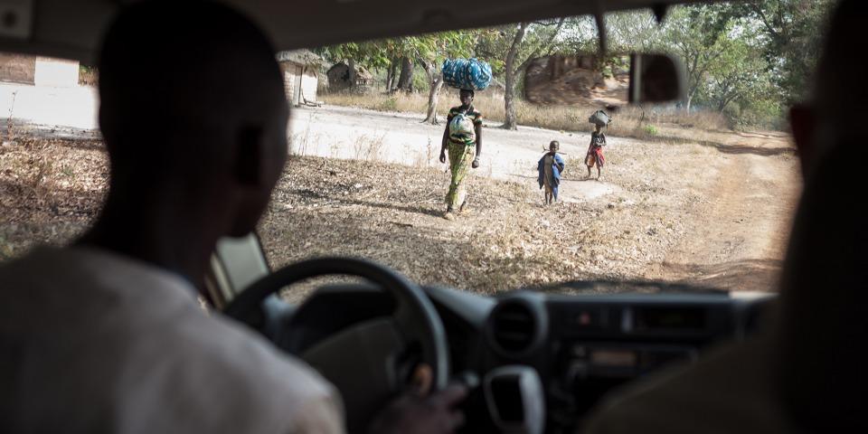 一名女人正帶著她的2個孩子逃離衝突。©Alexis Huguet