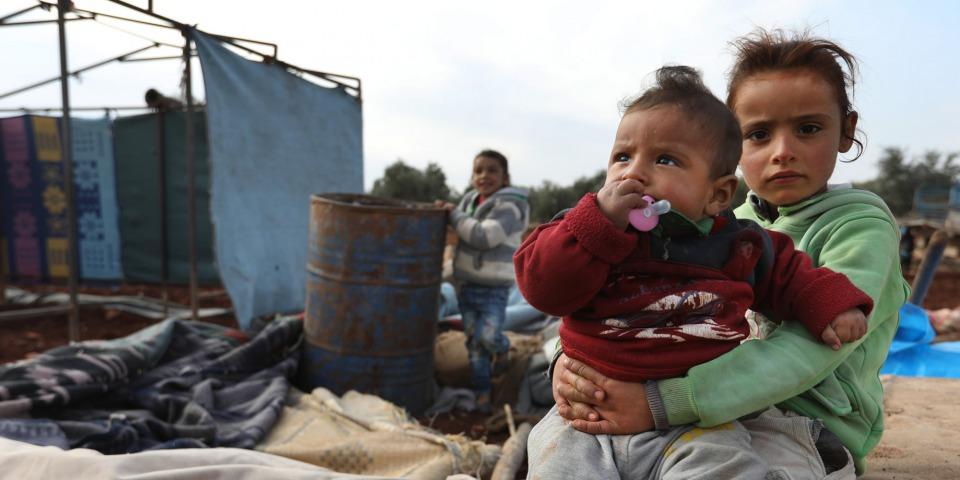 孩子們身上所穿的就是他們僅有的衣服;生銹的桶子裡是他們的飲用水。©Omar Haj Kadour/MSF