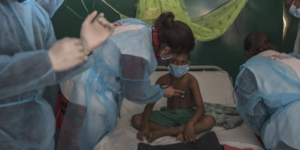11歲的男孩伊斯瑪儀在莫伊拿戈那(Moynarghona)的治療中心裡,由兩位MSF醫生給與白喉抗毒素治療。©Anna Surinyach