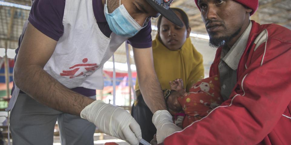 伯希爾一月底才和母親、妻子和三個孩子登上孟加拉一側的河岸,照片中最小的女兒正在接種疫苗。©Anna Surinyach/MSF