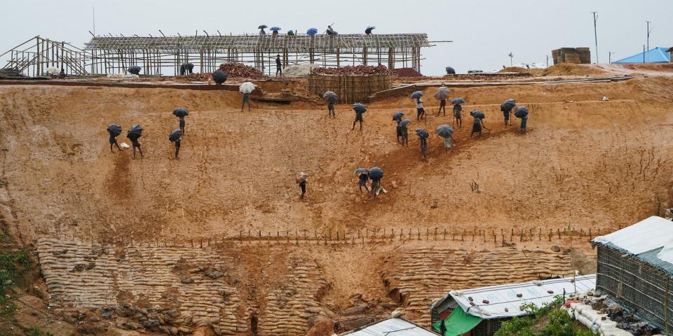 工人們站在小山上試著預防大雨沖毀脆弱的建築物及土坡。©Dalila Mahdawi/MSF
