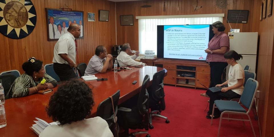 無國界醫生在諾魯的團隊與當地政府代表進行會議。©Sean Brokenshire/MSF