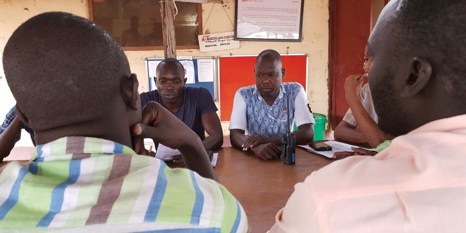 ©Amandine Colin / MSF 登格醫生以早上八時的醫療會議展開他一天的工作,經歷一夜之後,他們會交接和討論不同的病人個案。他會和醫生及診所人員討論病人的臨床狀況,尤其是剛接收的新症。