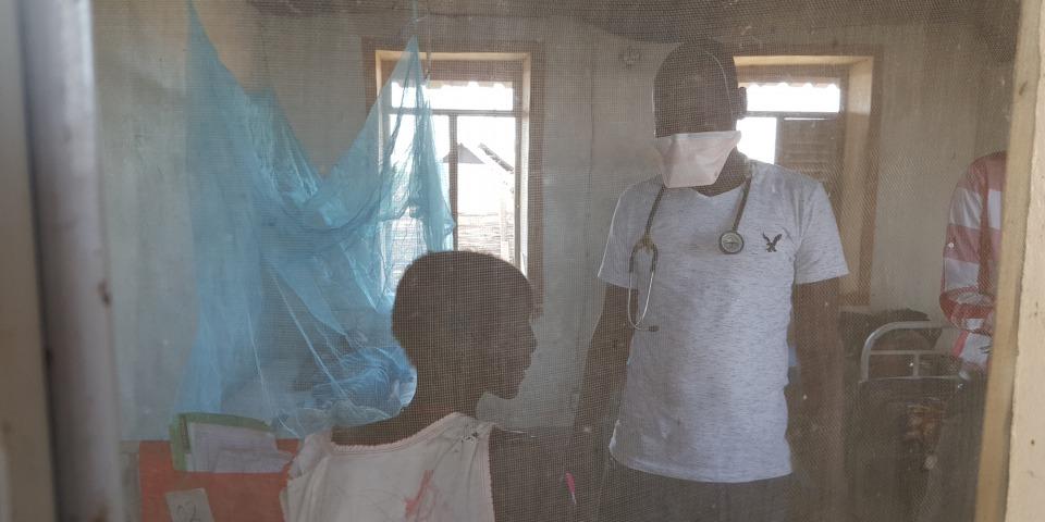 ©Amandine Colin / MSF 早上九時,登格醫生開始巡房,包括結核病隔離病房。他說:「我主要去看新症,跟進他們的檢查,看看他們有否患上結核病。在巡房過程中,我會要求作一些檢查、為病人診症、並跟進治療的效果。如果情況穩定,我會讓他們出院。」